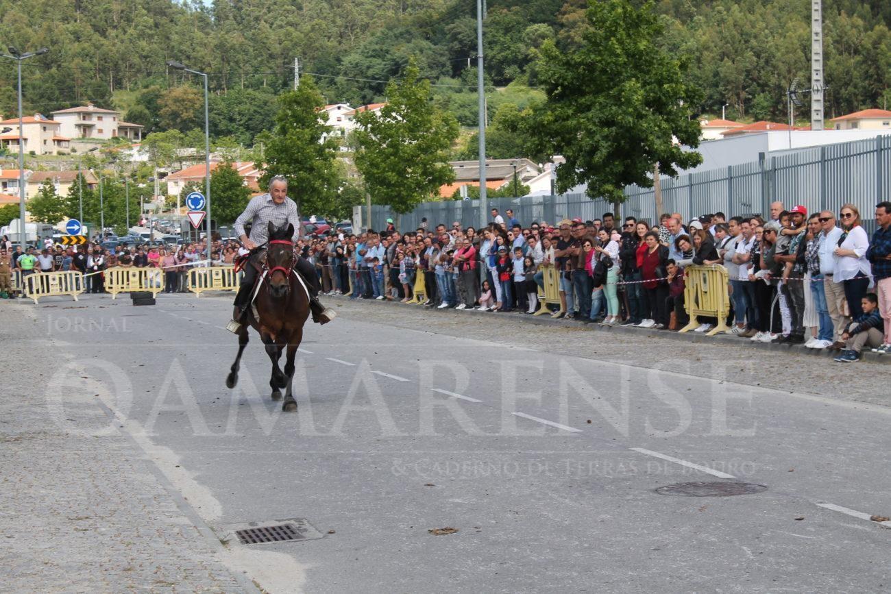 AMARES - Centenas de pessoas nas imediações do ISAVE para a corrida de cavalos de passo travado