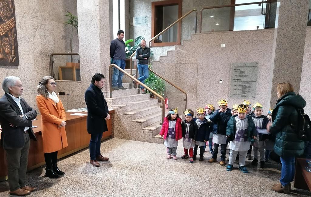 TERRAS DE BOURO –  Alunos do Jardim de Infância do Gerês foram cantar as Janeiras à Câmara Municipal