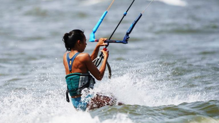 feature-people-kitesurfing-girl