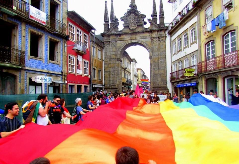 A 2 DE JUNHOParada gay desfila em Braga contra 'Cidade do Silêncio'
