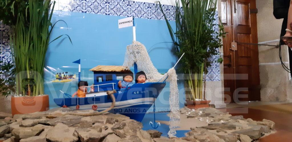 IGREJA COM QUADROS DE SEMENTES E FRUTOS DA TERRA -  Esperança para os refugiados é tema central das decorações da Festa das Colheitas de Escariz S. Martinho