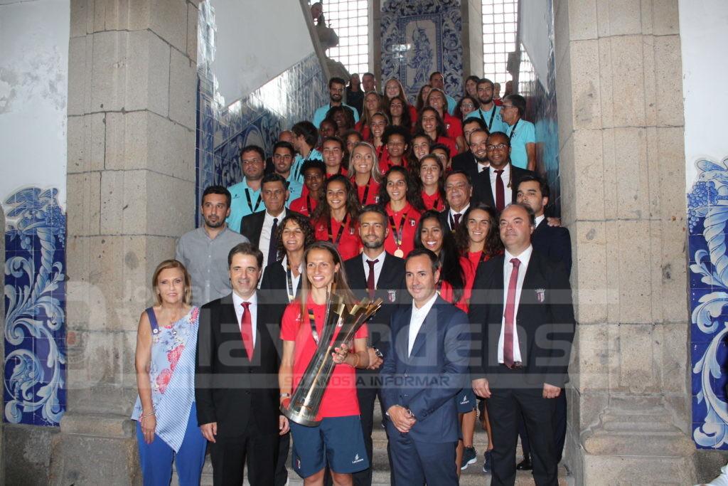DESPORTO - Jogadoras do futebol feminino do SC Braga recebidas por centenas de pessoas na Praça do Município
