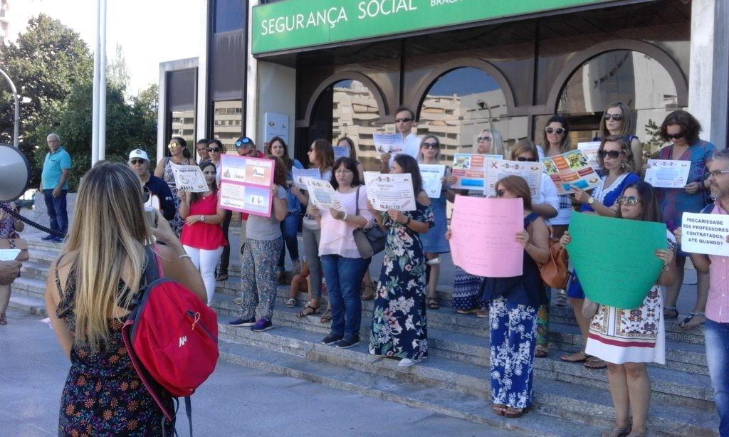 BRAGA - Prof's manifestaram-se em Braga pedindo contagem do tempo de trabalho diário nos descontos para a Segurança Social