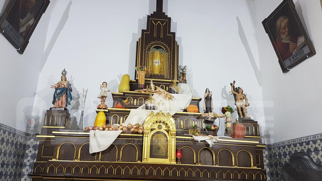 DOSSÃOS – Igreja embelezada com os motivos das Colheitas