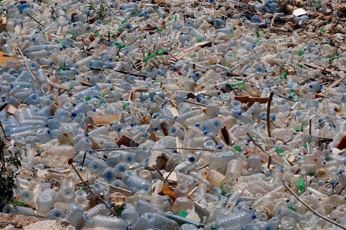 PAÍS –  Governo proíbe garrafas, sacos e louça de plástico na Administração Pública
