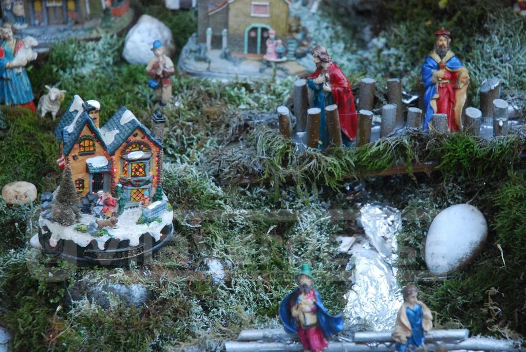 NATAL –  Jardim da casa de Elisa Araújo de portas abertas para exibir presépio