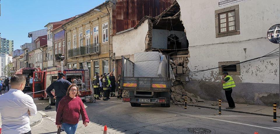 BRAGA –  Despiste de camião faz pelo menos um ferido grave em Braga