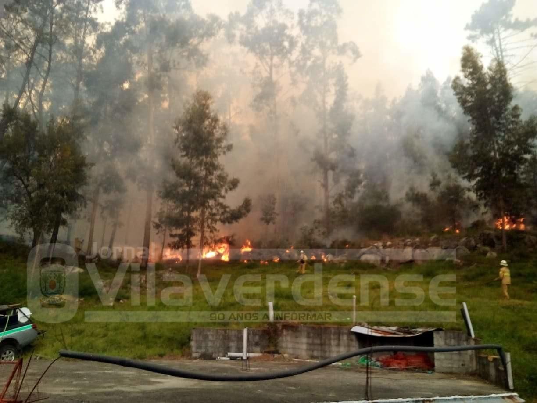 """BARBUDO (Vila Verde) – Incêndio às portas da """"vila"""" já mobiliza 111 bombeiros, apoiados por 32 viaturas"""