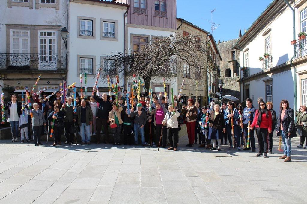 """REGIÃO - Ponte de Lima assinalou Dia Mundial da Poesia com """"sussurradores de poemas"""" nas ruas do Centro Histórico"""