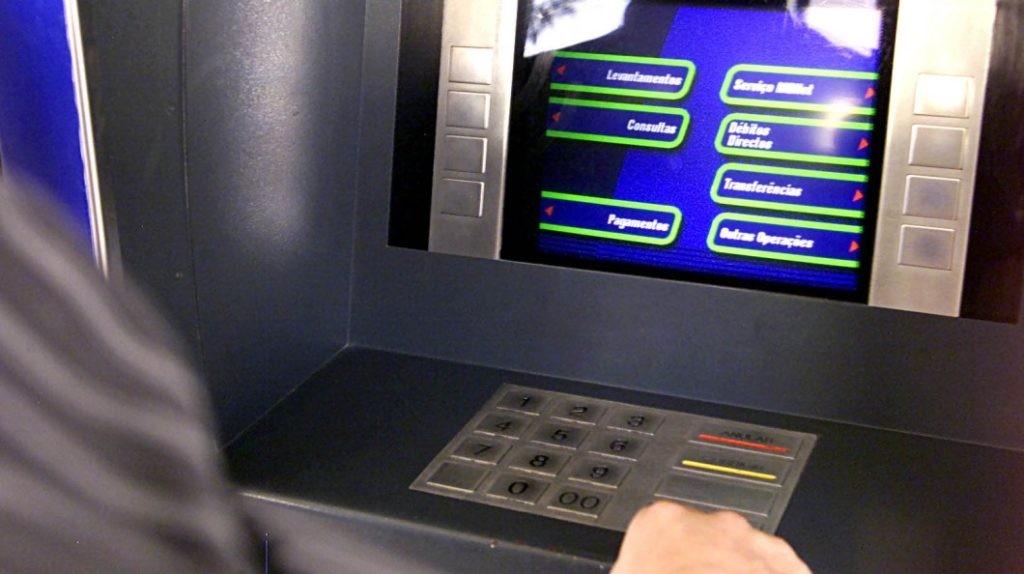 """JUSTIÇA - """"Bando dos quatro"""" assalta homem na rua e obriga-o a levantar dinheiro no multibanco"""