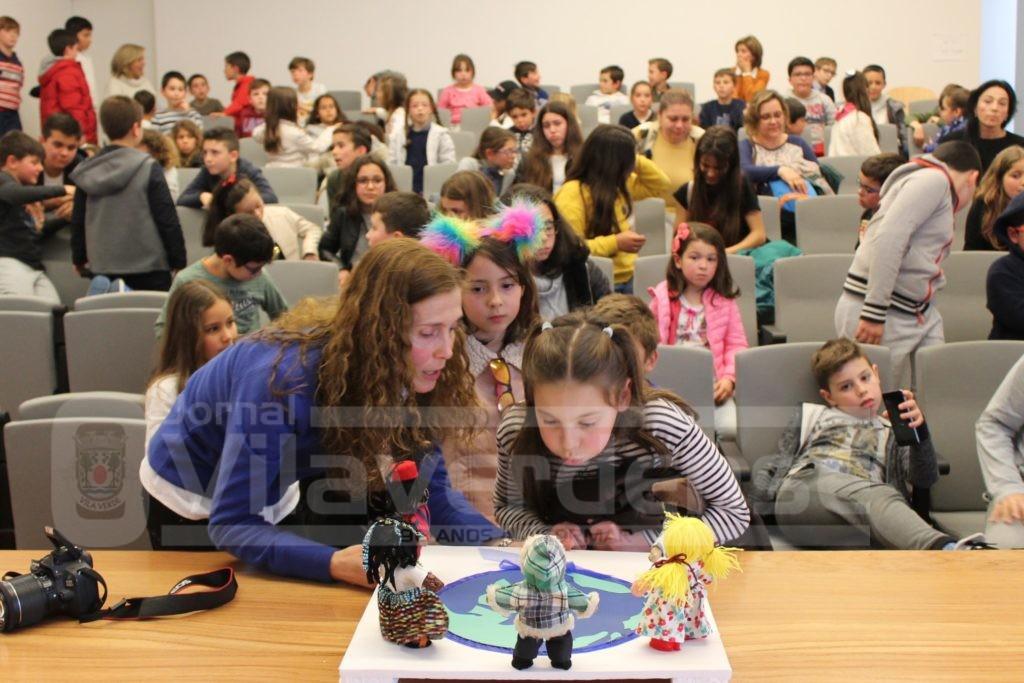 """VILA VERDE - Perto de 80 crianças participaram esta tarde na iniciativa """"O Laço Azul que nos une"""""""