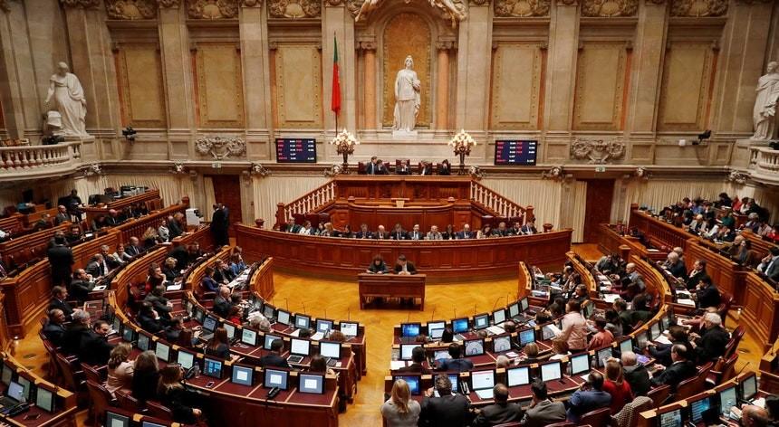 PAÍS – Parlamento chumba reposição de tempo integral reclamado pelos professores