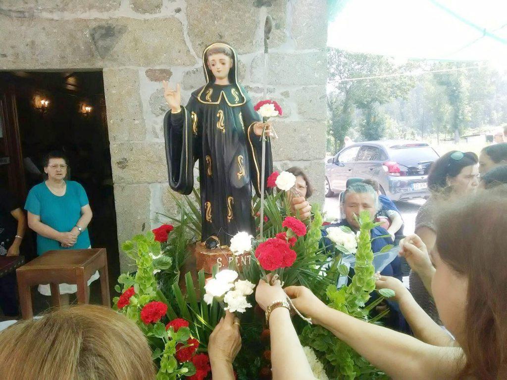 BARBUDO (Vila Verde):Pão de S. Bento oferecido e distribuído durante a missa e procissão