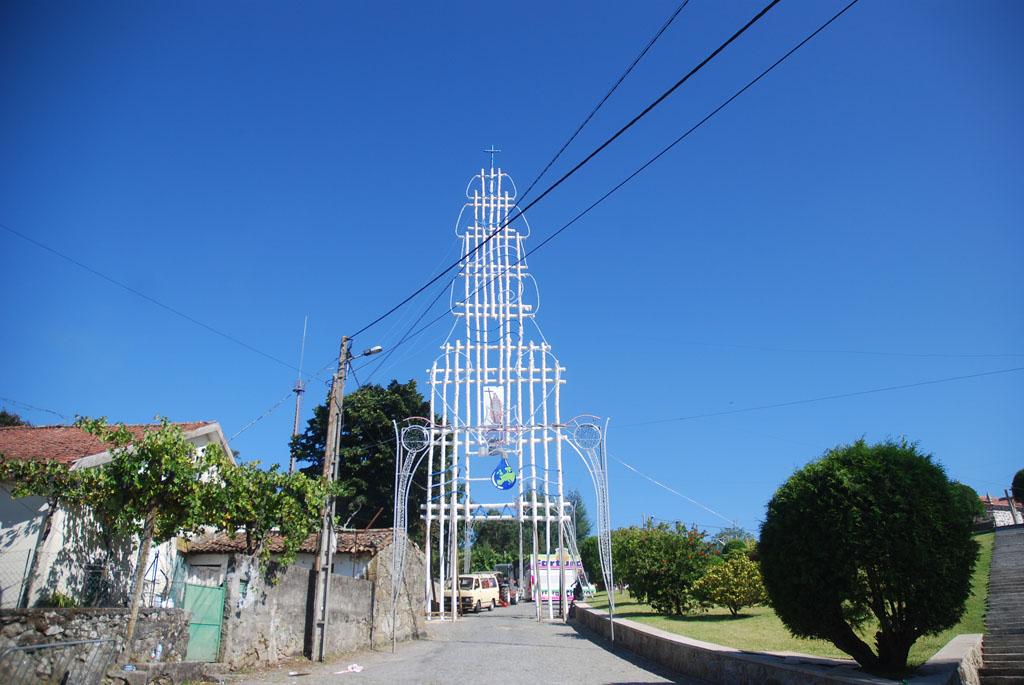 VILA VERDE – Lage ergue arco de Santa Helena com mais de 25 metros de altura