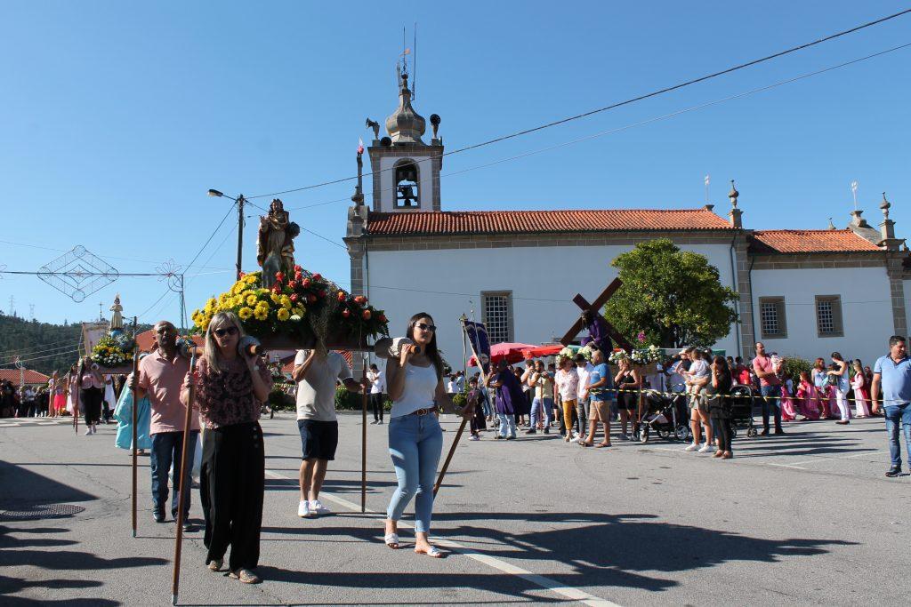 PARADA DE GATIM - Centenas de pessoas nas ruas para assistir à procissão em honra de Nossa Senhora do Amparo