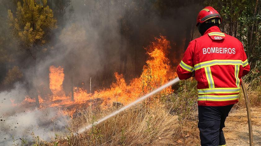 INCÊNDIOS - Bombeiros combatem incêndio em Atiães