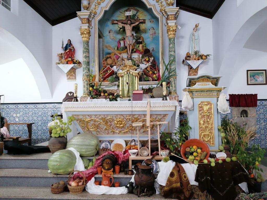 """Igreja de Gondiães decorada com """"frutos"""" da terra em agradecimento pelas Colheitas"""