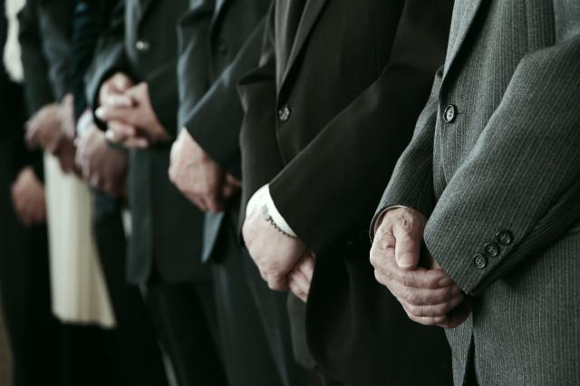 法要に参列する人々