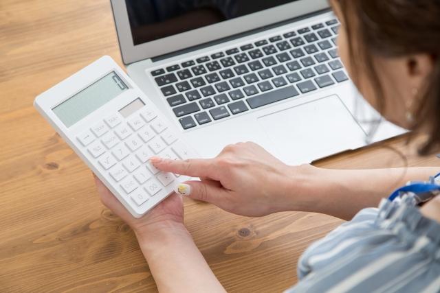 評価額を計算する女性