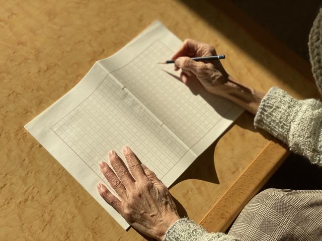 原稿を書く老人