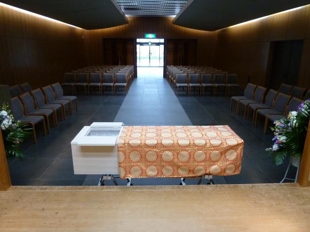 葬儀場に安置される棺