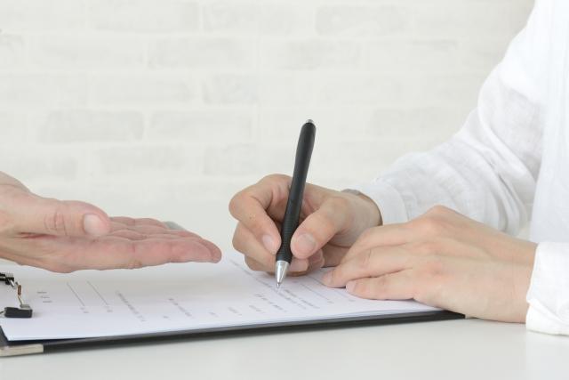 相続放棄の書類を記入する男性