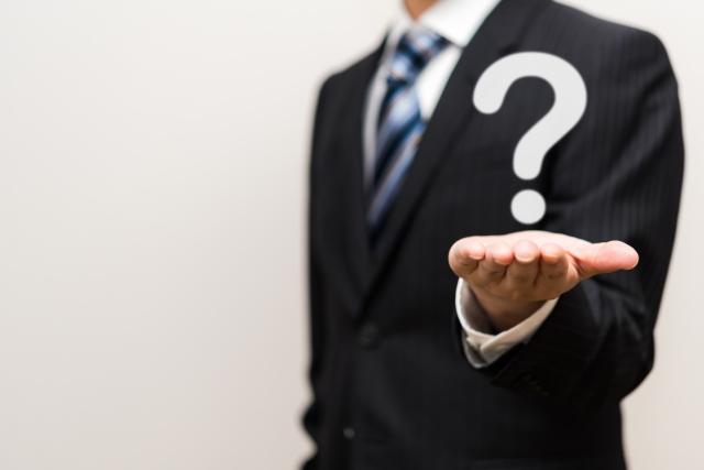 質問を投げかける男性