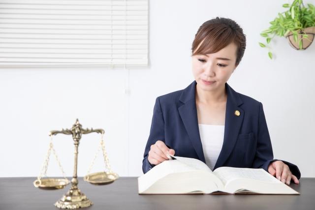 法律を調べる女性弁護士