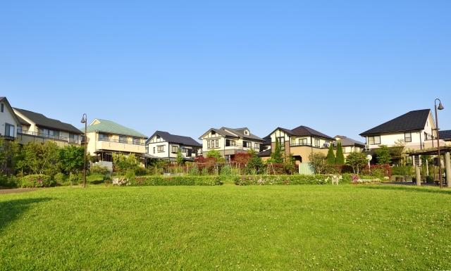 広い土地と住宅地