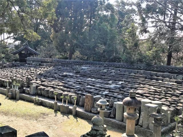 整然と並ぶ合祀墓