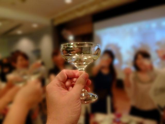かかげられたグラス