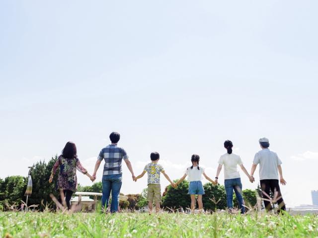 手をつなぐ親子3世代