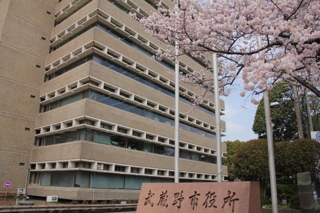 桜の花と武蔵野市役所