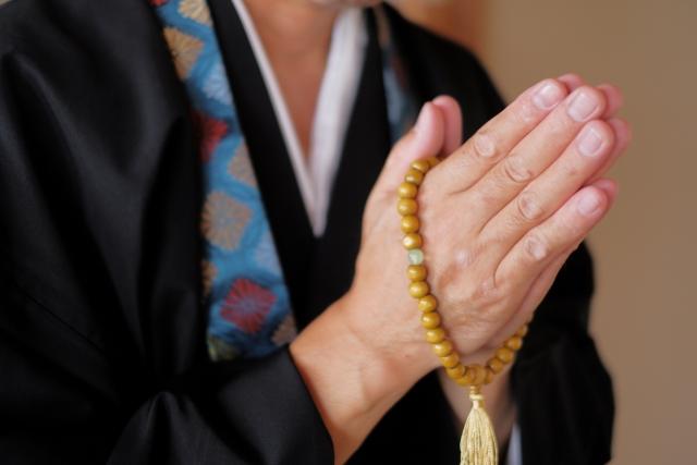 合掌する僧侶