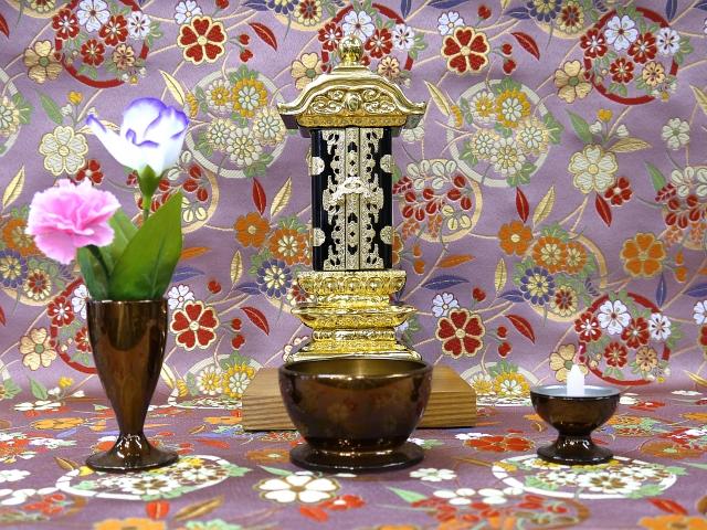 位牌の前に飾られた花と蠟燭