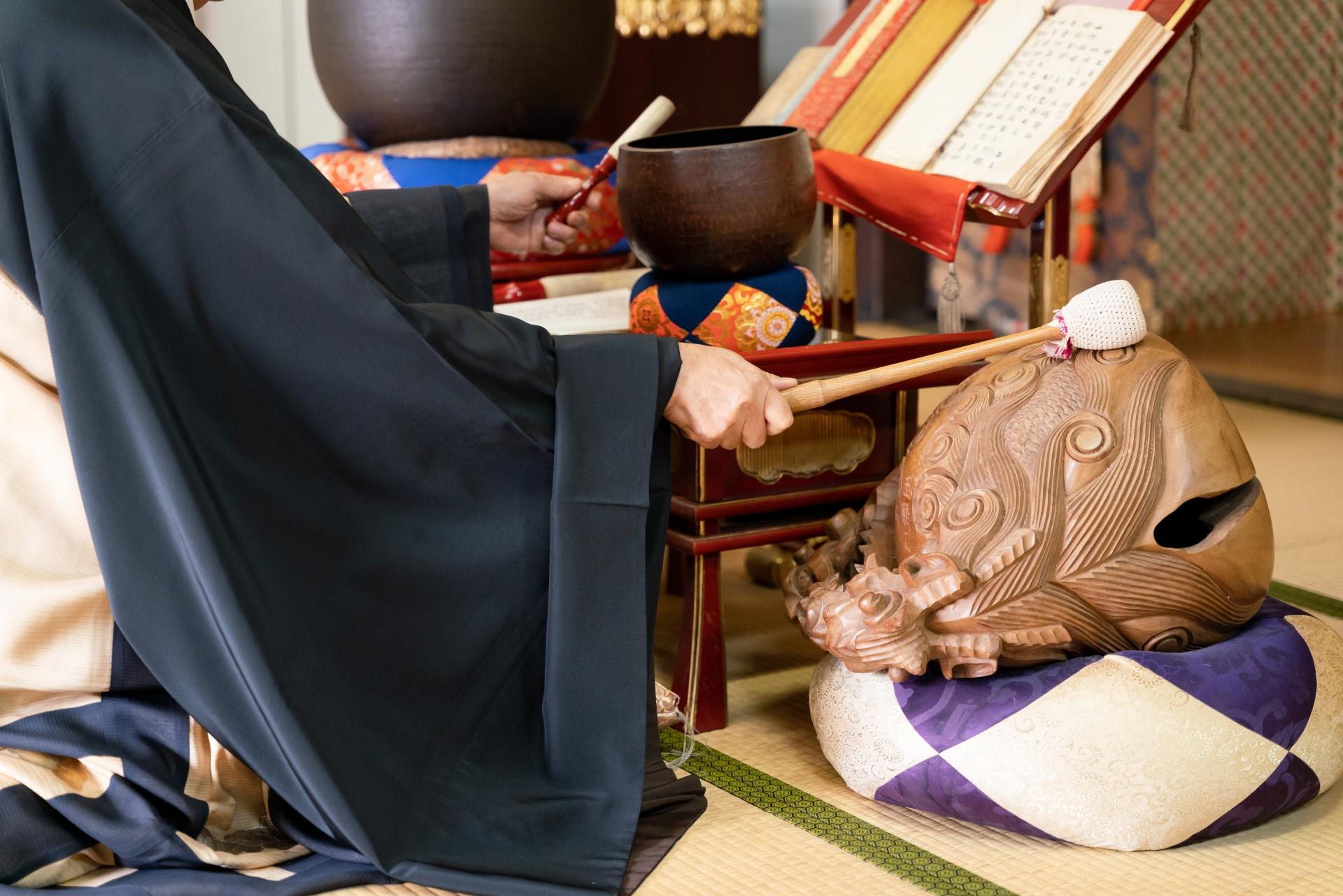 読経を行う僧侶