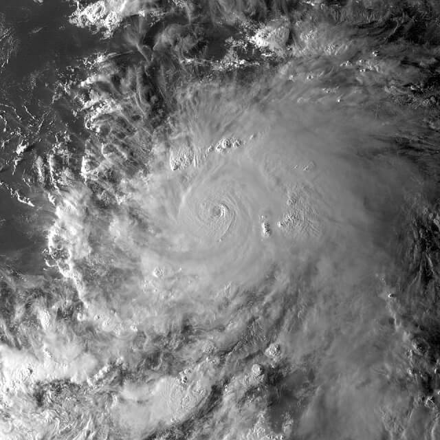 hurricane-1712066_640