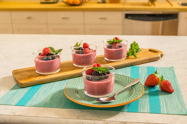Sorprende a mamá con esta cena especial: New York al horno y mousse de frutos rojos