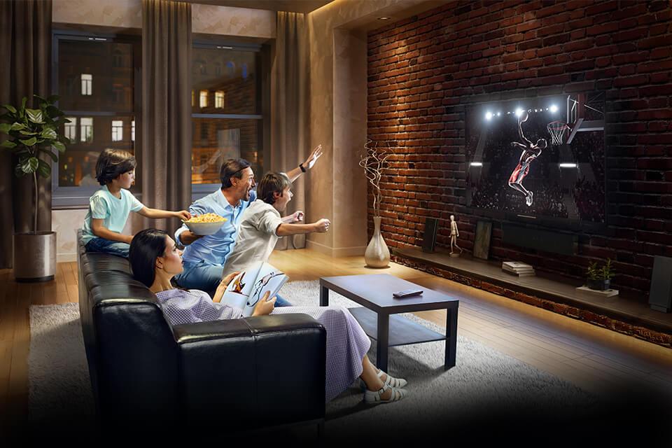 Hombres viendo televisión
