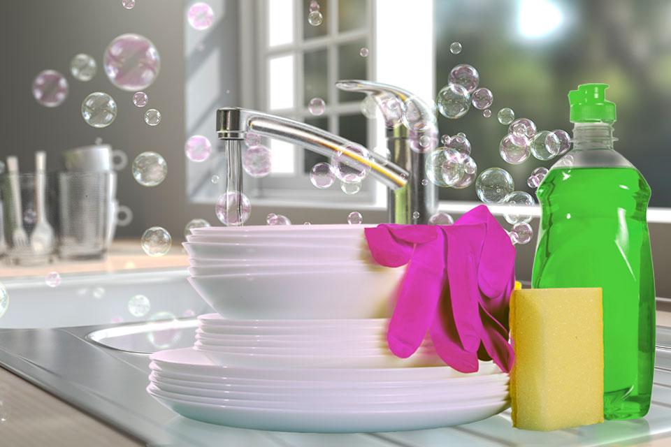 Fregadero, trastes limpios y jabón para trastes