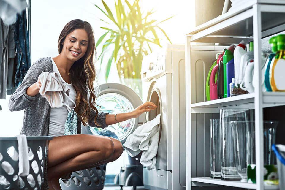 Mujer joven lavando ropa