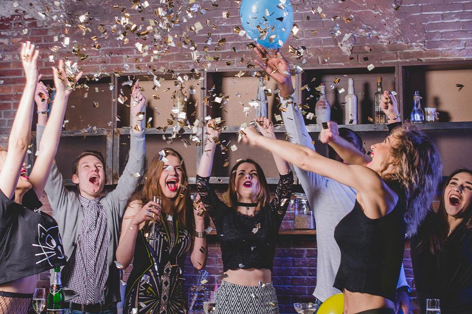 Personas divirtiéndose en fiesta