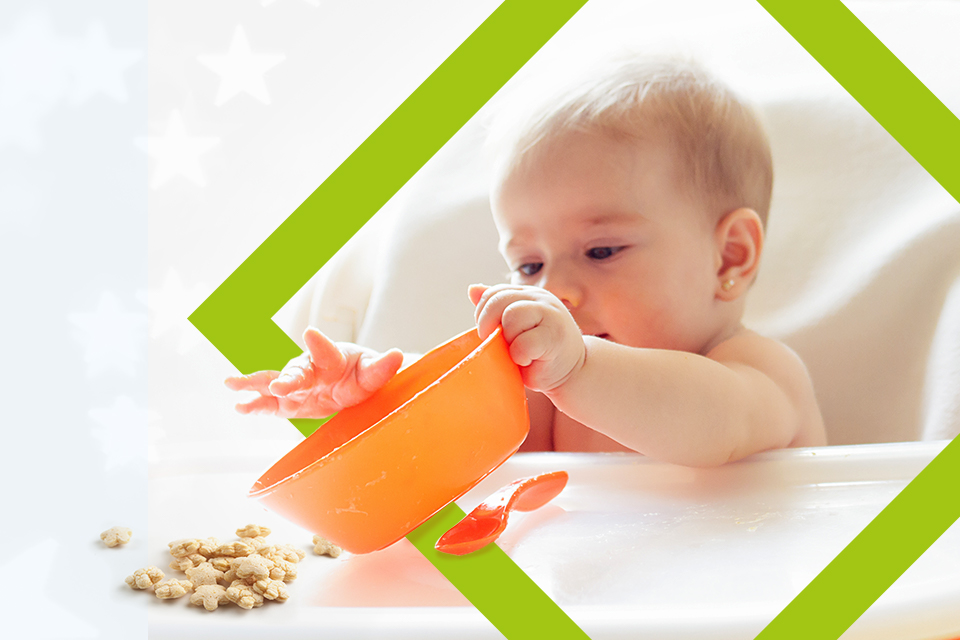 Bebé jugando con la comida