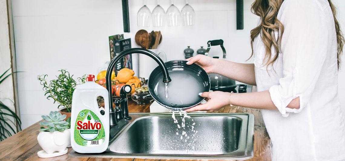 mujer lavando los platos con jabón para trastes, Salvo