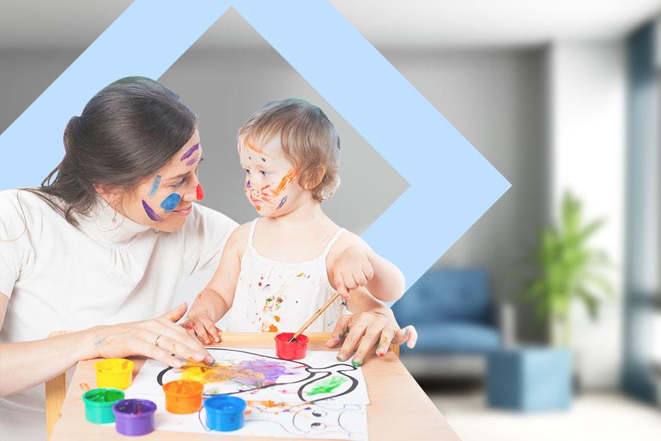 Mujer y bebé con pintura en el rostro