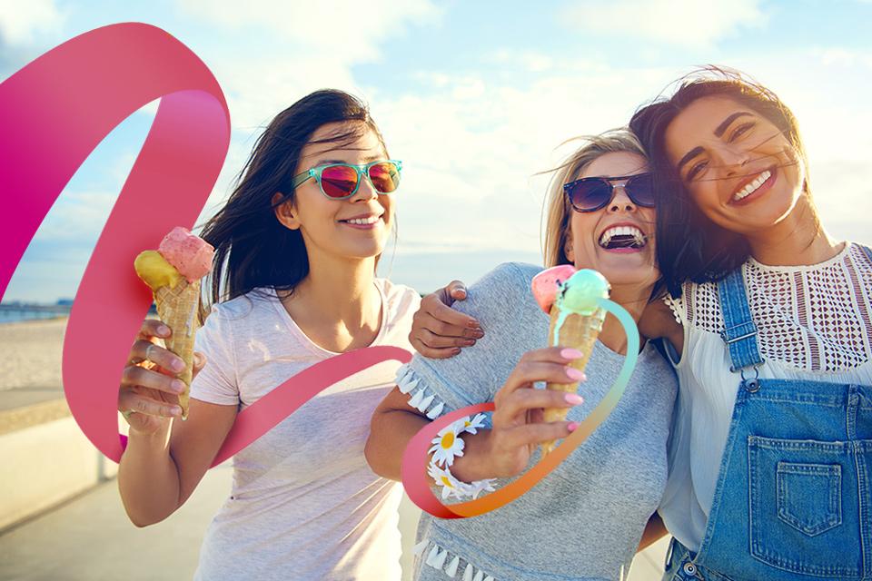 Mujeres jovenes felices comiendo helado