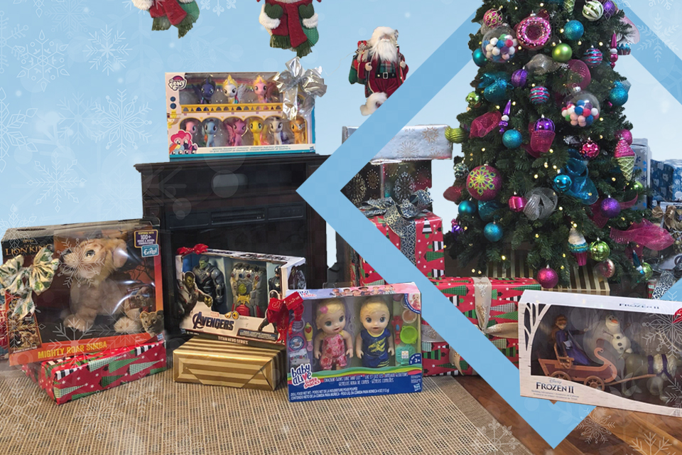 Juguetes alrededor de un árbol de navidad