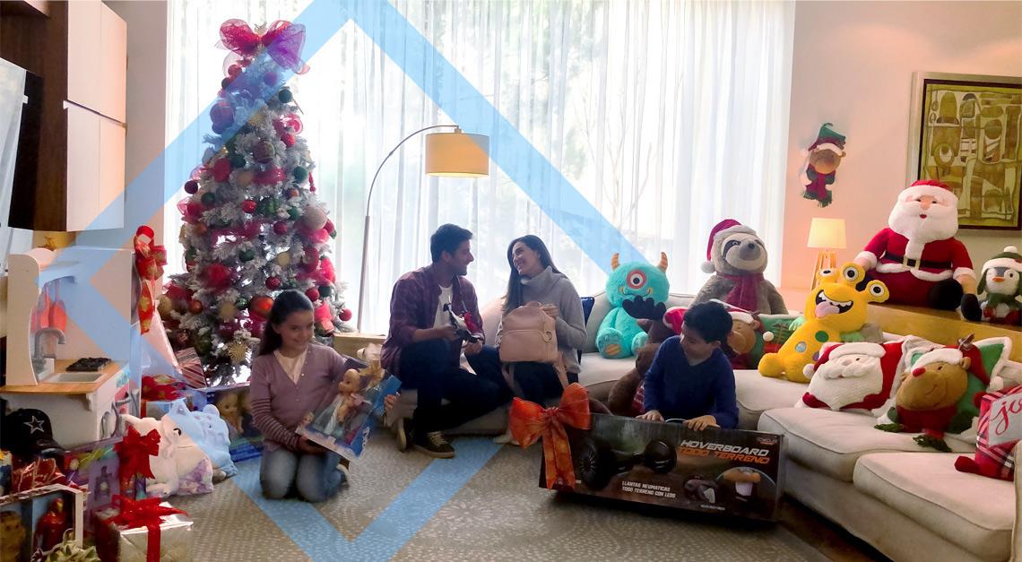 familia en sala con árbol de navidad