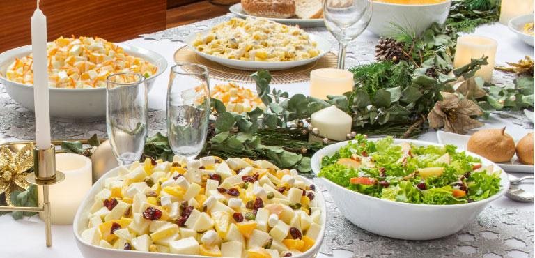 Mesa con varios platillos de ensasaladas y pastas