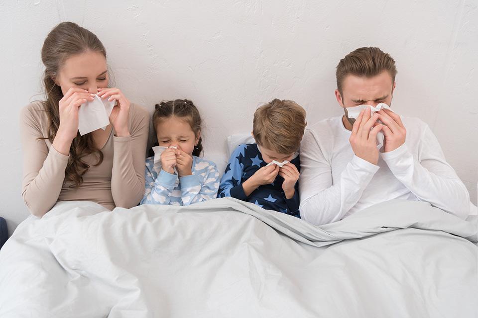 Primer plano de familia resfriada